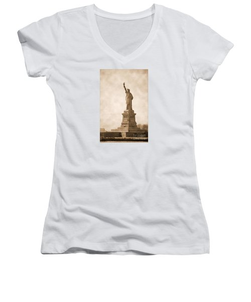 Vintage Statue Of Liberty Women's V-Neck T-Shirt (Junior Cut) by RicardMN Photography