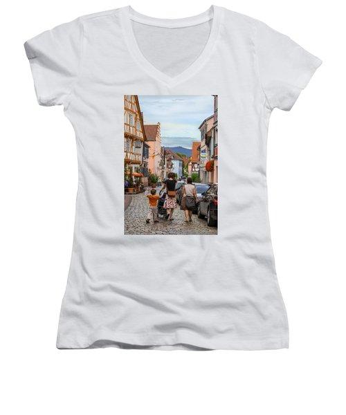 Bummeln Auf Dem Marktplatz Women's V-Neck (Athletic Fit)
