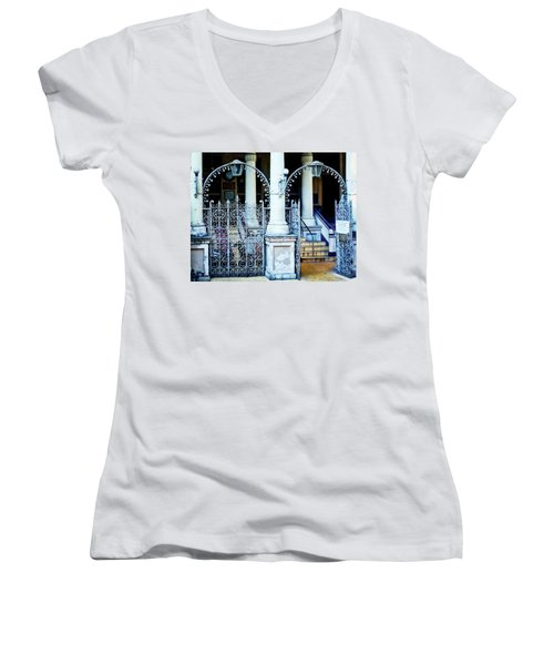 Arched Entrance In Mumbai Women's V-Neck (Athletic Fit)