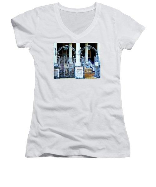Arched Entrance In Mumbai Women's V-Neck T-Shirt