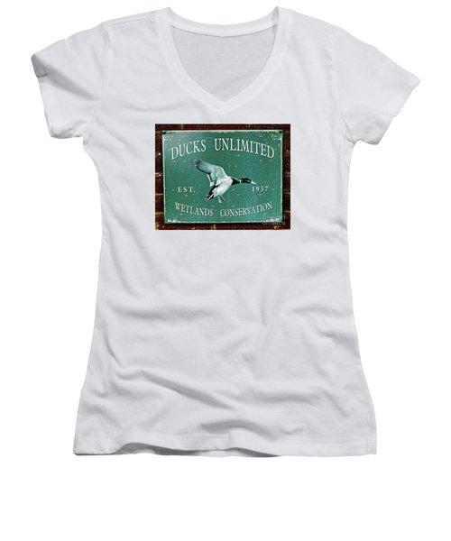 Ducks Unlimited Vintage Sign Women's V-Neck T-Shirt