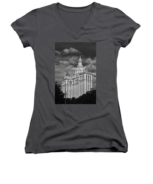 New York Municipal Building - Black And White Women's V-Neck T-Shirt