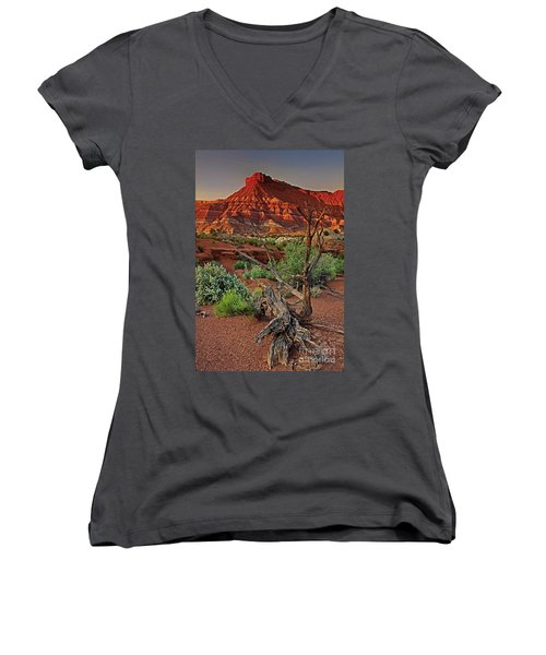 Red Rock Butte And Juniper Snag Paria Canyon Utah Women's V-Neck