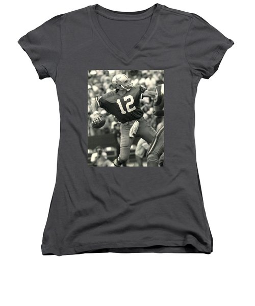 Roger Staubach Vintage Nfl Poster Women's V-Neck T-Shirt (Junior Cut) by Gianfranco Weiss