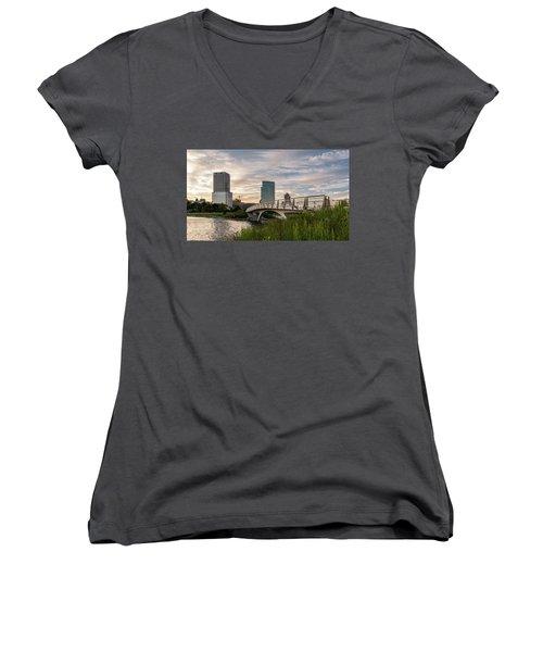 Women's V-Neck T-Shirt featuring the photograph Contemplation by Randy Scherkenbach