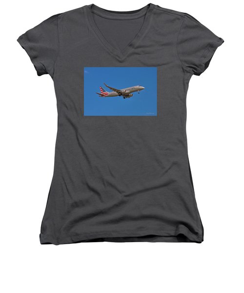 Flying In American Eagle Embraer 175 N426yx Women's V-Neck