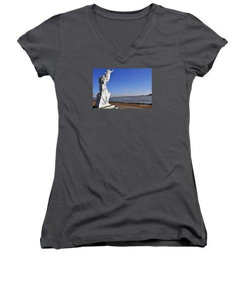 Immigrant Statue Women's V-Neck T-Shirt