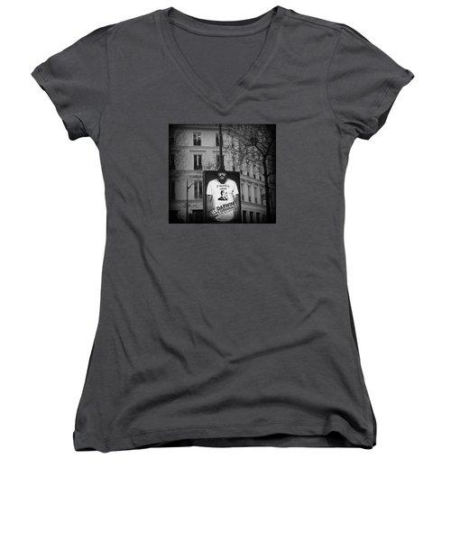 je descends de Darwin Exhibition Women's V-Neck T-Shirt (Junior Cut) by Katie Wing Vigil