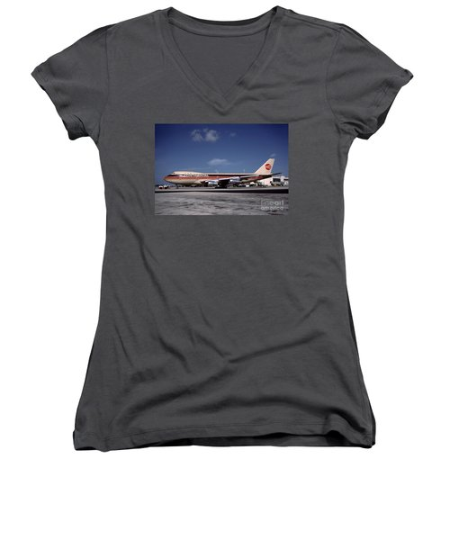 N17011, Continental Airlines, Boeing 747-143 Women's V-Neck T-Shirt