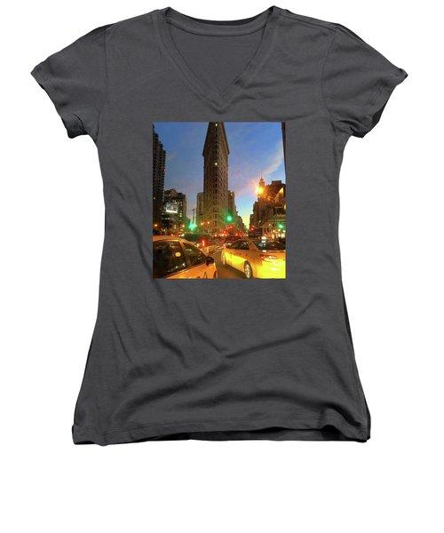 New York City Life Women's V-Neck T-Shirt