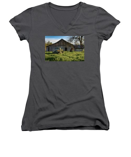 Old Jeep, Old Barn Women's V-Neck T-Shirt