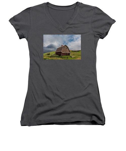 Rustic Barn Palouse Washington Women's V-Neck T-Shirt