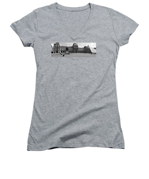 Tourists In The Courtyard Of A Museum Women's V-Neck T-Shirt (Junior Cut)