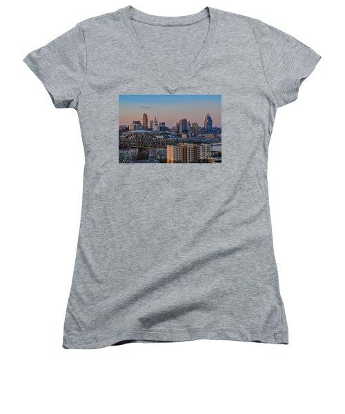 D9u-876 Cincinnati Ohio Skyline Photo Women's V-Neck