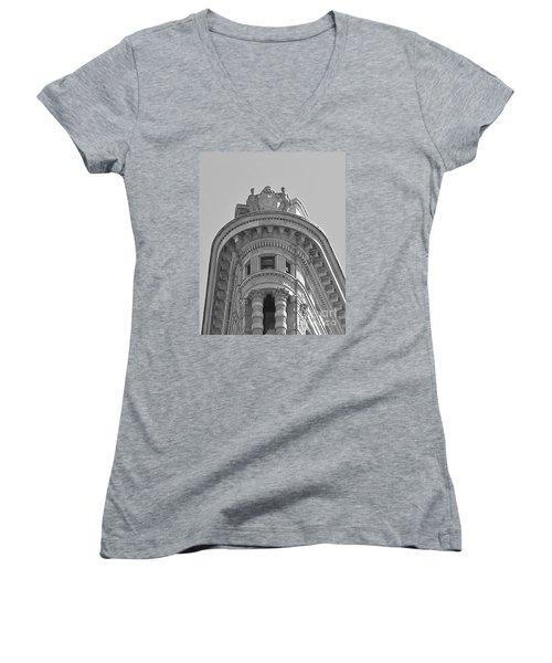Flatiron Detail Women's V-Neck T-Shirt
