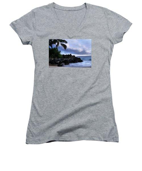 I Ke Kai Hawanawana Eia Kuu Lei Aloha - Paako Beach Maui Hawaii Women's V-Neck T-Shirt
