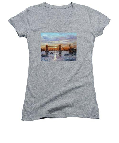 London Tower Bridge Women's V-Neck T-Shirt
