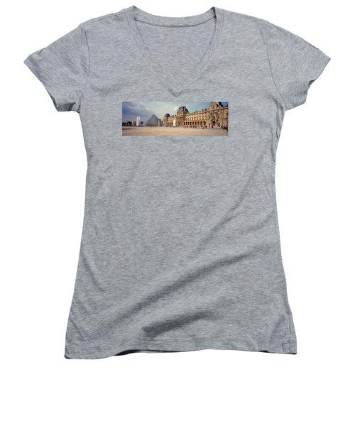 Tourists Near A Pyramid, Louvre Women's V-Neck T-Shirt (Junior Cut)
