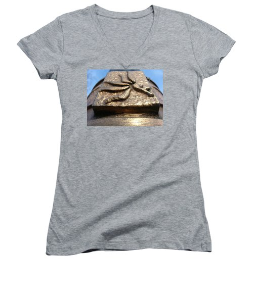 Women's V-Neck featuring the photograph Buckeye Collar by Robert Knight
