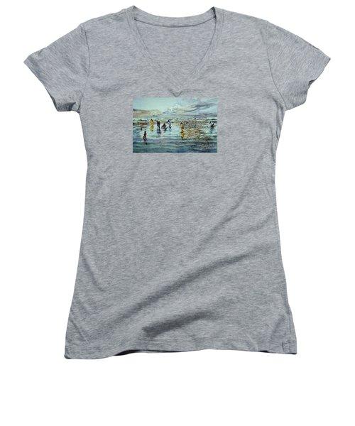 Clamdigging Family Women's V-Neck T-Shirt