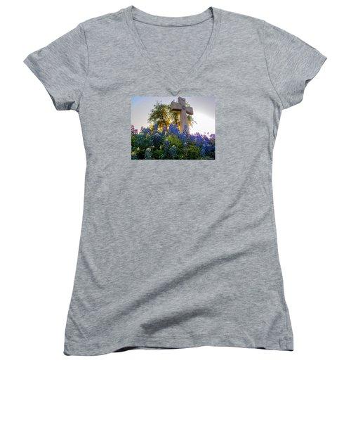 Da225 Cross And Texas Bluebonnets Daniel Adams Women's V-Neck T-Shirt