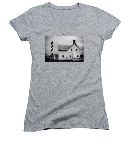 Women's V-Neck T-Shirt featuring the photograph Hatteras Light Keepers Quarters by Alan Raasch