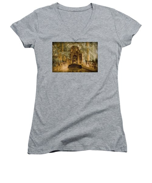 Paris, France - Medici Fountain Oldstyle Women's V-Neck