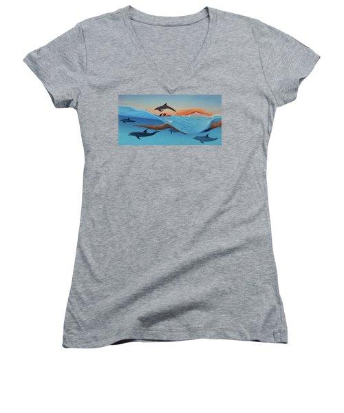 Nadando Contra Corriente Women's V-Neck T-Shirt