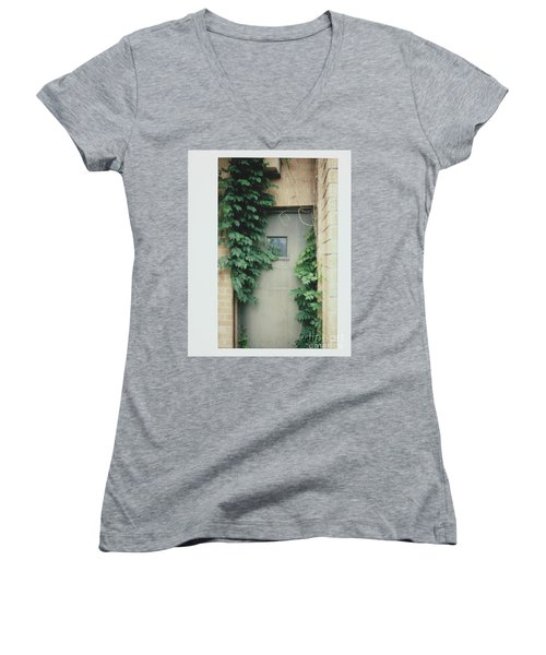 Polaroid Image-ivy In The Doorway Women's V-Neck T-Shirt