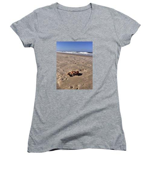 Smoking Kills Crab Women's V-Neck T-Shirt