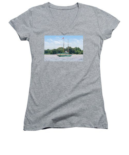 Women's V-Neck T-Shirt featuring the photograph Sultana On The Chester by Charles Kraus
