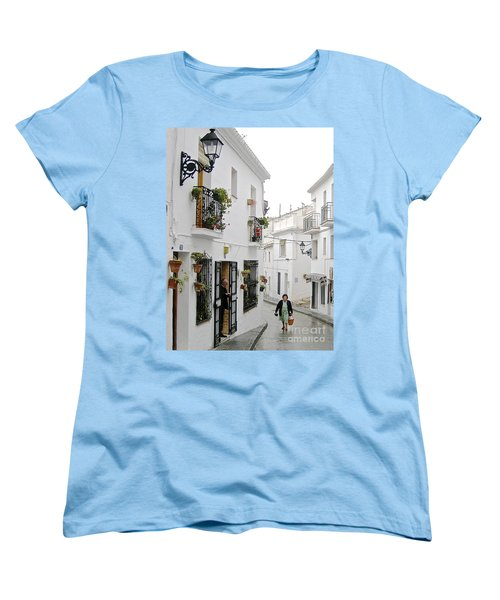 Women's T-Shirt (Standard Cut) featuring the photograph Dinner Delivery by Suzanne Oesterling
