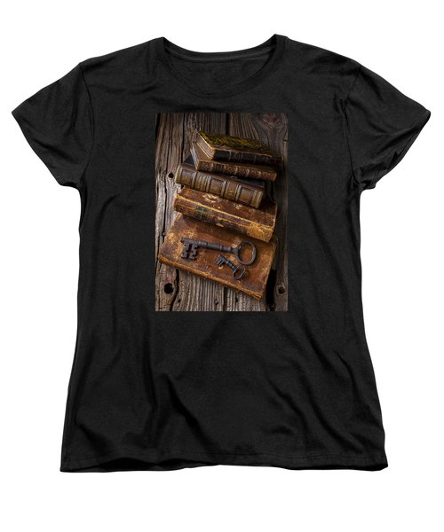 Love Reading Women's T-Shirt (Standard Cut) by Garry Gay