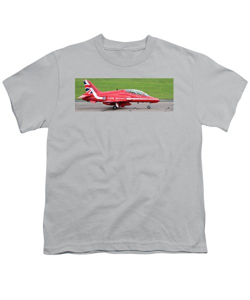 Raf Scampton 2017 - Red Arrows Xx322 Sitting On Runway Youth T-Shirt