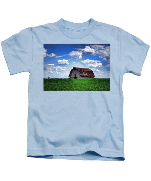 Riverbottom Barn Against The Sky Kids T-Shirt
