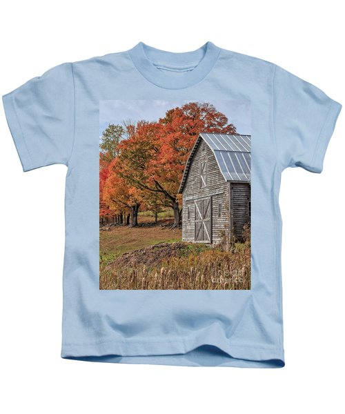 Old Barn With New England Foliage Kids T-Shirt