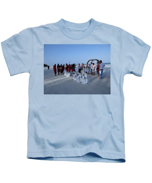 The Happy Couple - Married On The Beach Kids T-Shirt