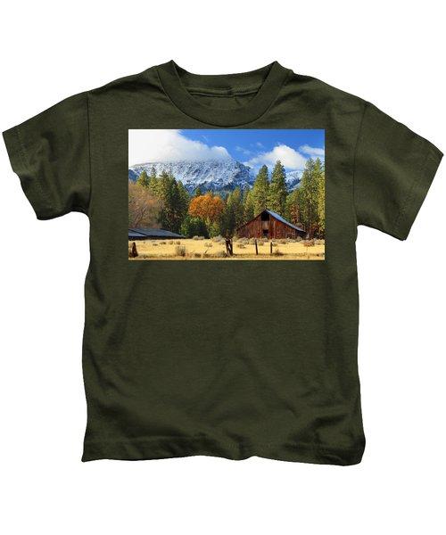 Autumn Barn At Thompson Peak Kids T-Shirt