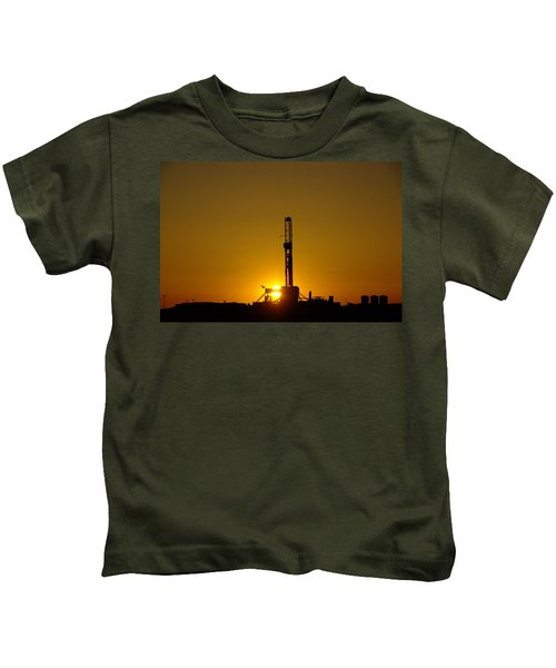 Oil Rig Near Killdeer In The Morn Kids T-Shirt by Jeff Swan