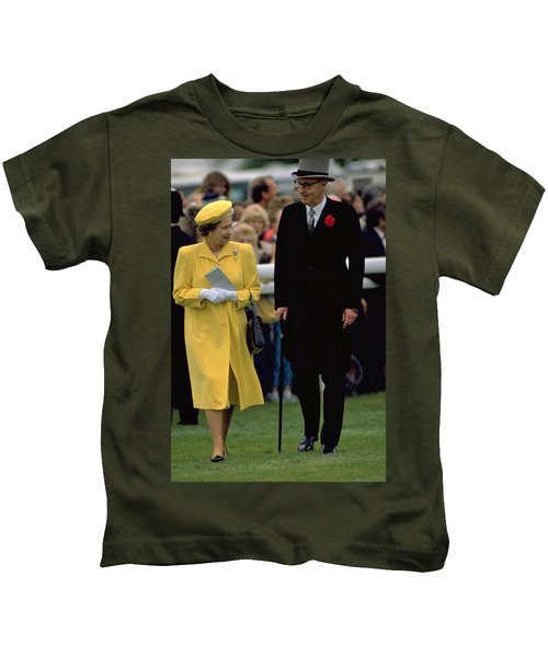 Queen Elizabeth Inspects The Horses Kids T-Shirt