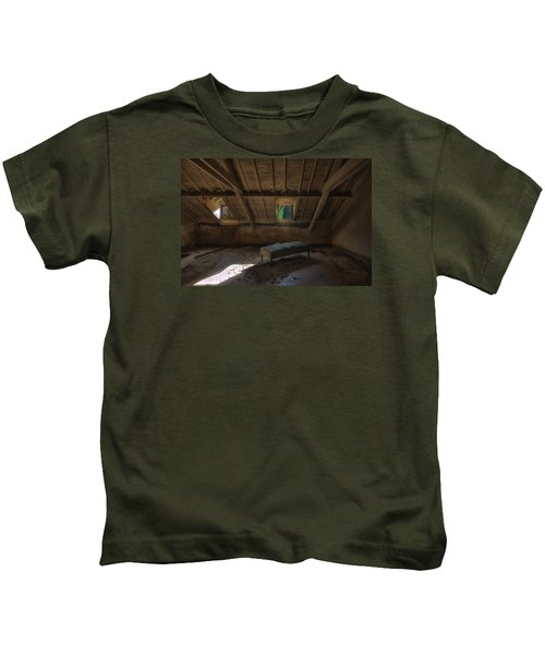 Solitary Bed Under The Roof  - Letto Solitario Sotto Il Tetto Kids T-Shirt