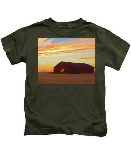 Weathered Barn Sunset Kids T-Shirt