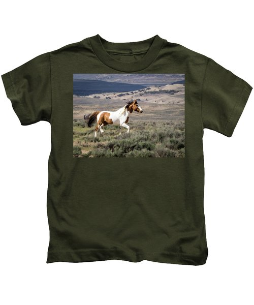Wild Mustang Stallion On The Move In Sand Wash Basin Kids T-Shirt