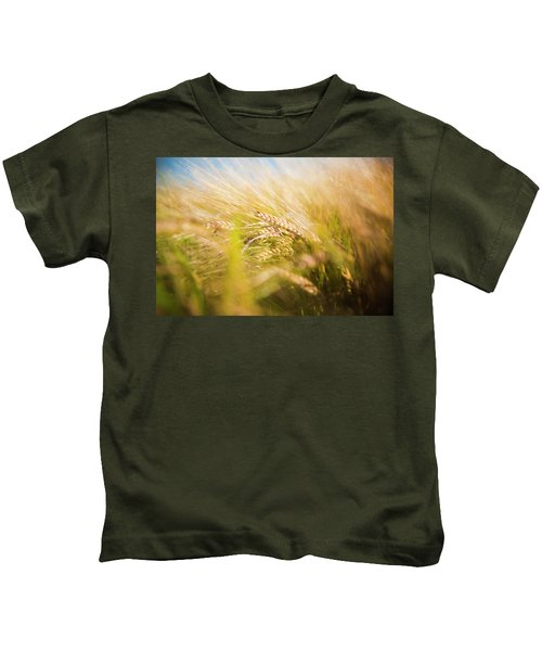 Background Of Ears Of Wheat In A Sunny Field. Kids T-Shirt
