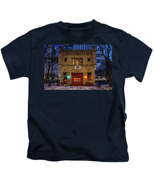 Vintage Chicago Firehouse With Xmas Lights And W Flag Kids T-Shirt