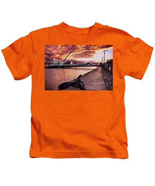 Samuel Beckett Bridge At Dusk - Dublin Kids T-Shirt