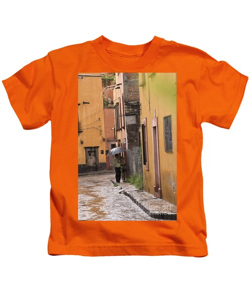 Couple Walking In The Rain Through Old San Miguel Mexico Kids T-Shirt