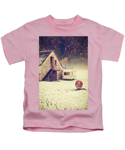 Caravan In The Snow With House And Wood Kids T-Shirt