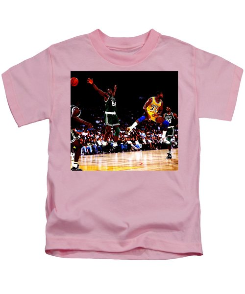Magic Johnson No Look Pass 7a Kids T-Shirt by Brian Reaves