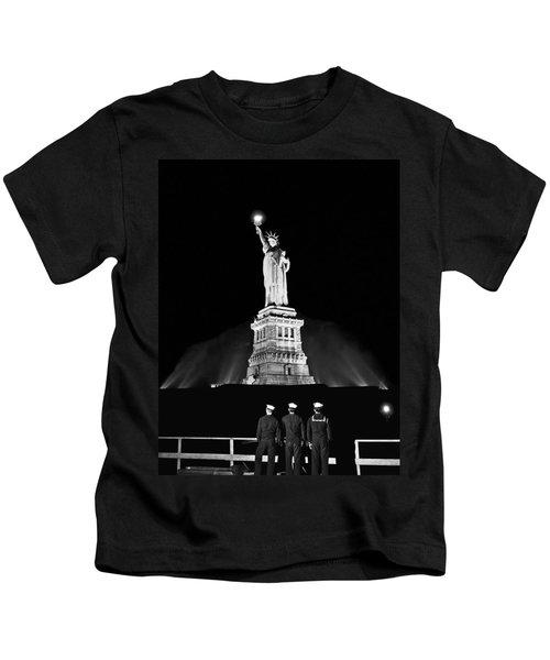 Statue Of Liberty On V-e Day Kids T-Shirt